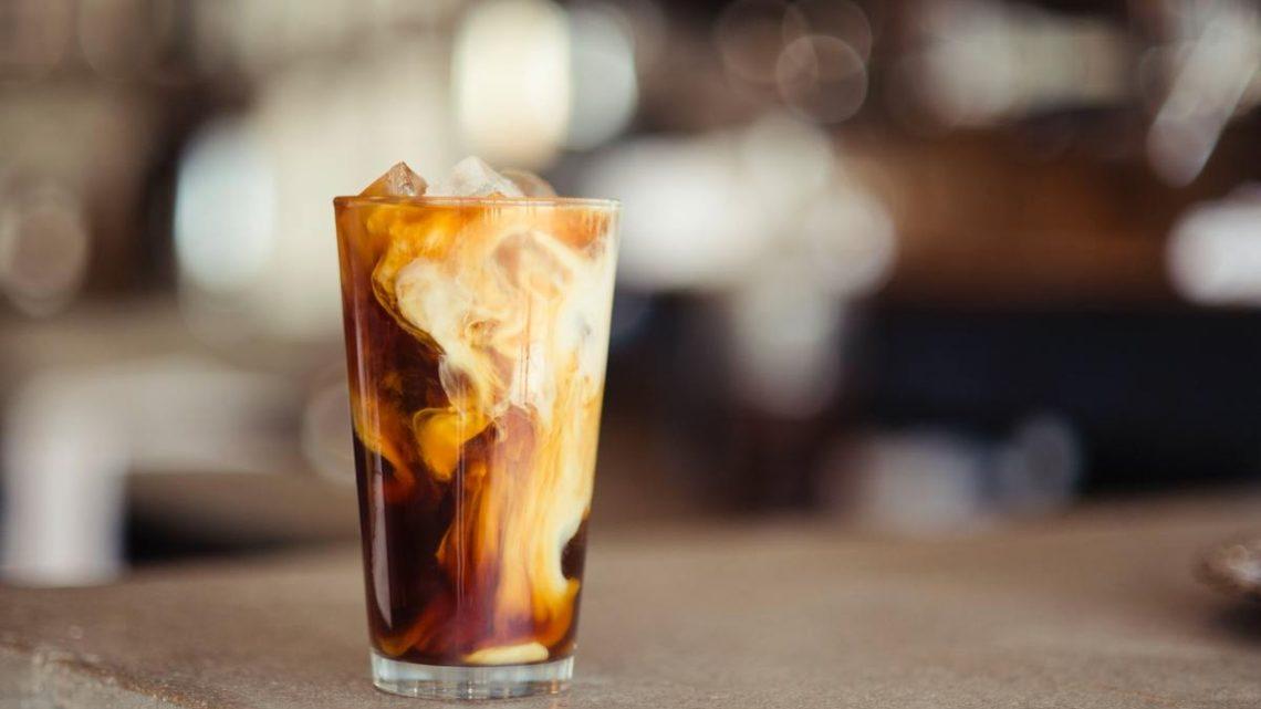 Café Latte froid servi dans un verre